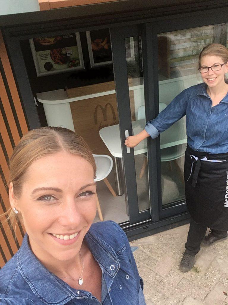Twee medewerkers van McDonald's for you